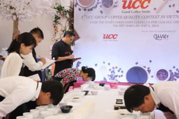 UCC上島珈琲がダラット市でアラビカコーヒーの品評会を開催した。7人の審査員が過去最多の参加者の中から1位を決めた=5日