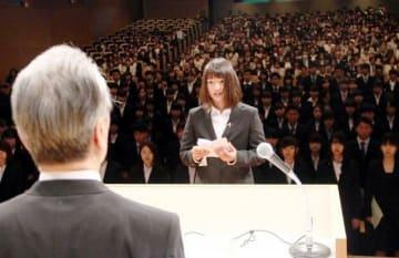 新入生を代表して宣誓する山枡さん