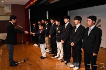 寺本会長(左)から認定証を受け取る特別強化選手