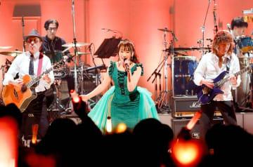 「NANA MUSIC LABORATORY 2019 ~ナナラボ~」と銘打った今回のライブ。ラボ(研究室)の名にふさわしい意欲的な演出とパフォーマンスで超満員の会場を沸かせた=3月下旬、ひめぎんホール