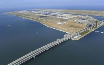 通行を全面再開した連絡橋。奥は関西空港=8日午前9時32分(共同通信社ヘリから)