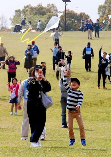 元気よくハタ揚げを楽しむ子どもたち=長崎市、唐八景公園