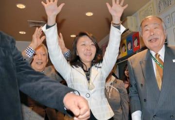 初当選を決め、万歳で喜ぶ自民推薦の鈴木弘子氏(中央)=7日午後10時45分ごろ、船橋市