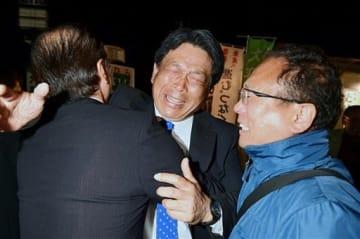 当選が決まり、支持者らと喜ぶ大平雄一さん(中央)=7日午後11時10分ごろ、益城町の選挙事務所(小野宏明)