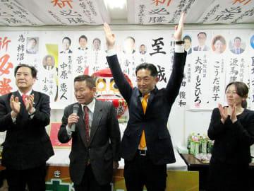 万歳をして支持者と喜ぶ柿沼貴志氏(右から2人目)=7日午後11時ごろ、行田市緑町の選挙事務所