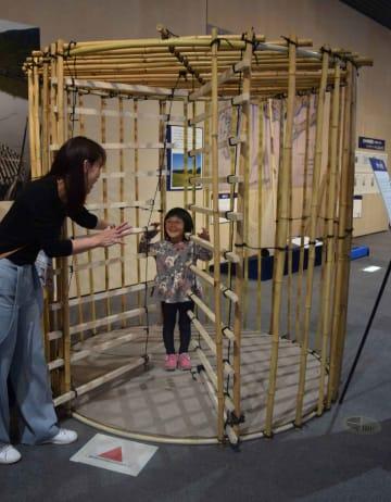 人が入れるように、実物の約4倍の大きさに作ったタツベの模造品(滋賀県草津市下物町・滋賀県立琵琶湖博物館)