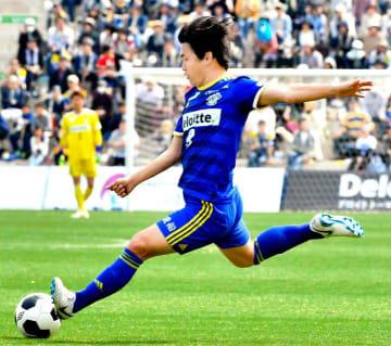 【FC今治―MIOびわこ滋賀】前半、果敢にシュートを放つFC今治・上村=夢スタ