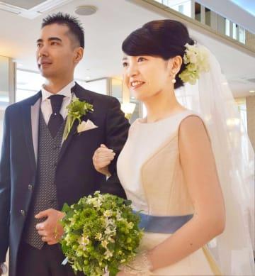 アオバナで染めた青色のベルトが特徴的なウエディングドレスで結婚式を挙げた林夫妻(滋賀県草津市西大路町・クサツエストピアホテル)