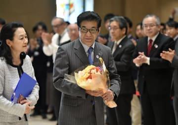 大阪市長選の勝利から一夜明け、初登庁する松井一郎氏=8日午後1時2分、大阪市役所