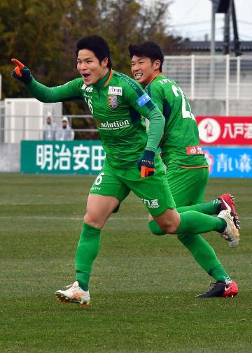 【八戸―鳥取】後半11分にゴールを決めた八戸のMF小牧成亘(左)=7日、ダイハツスタジアム