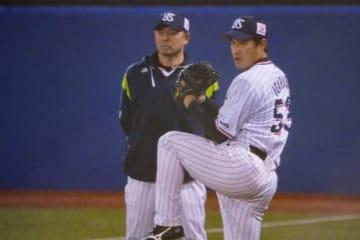 ヤクルト・石井弘寿コーチ(左)、五十嵐亮太【写真:荒川祐史】