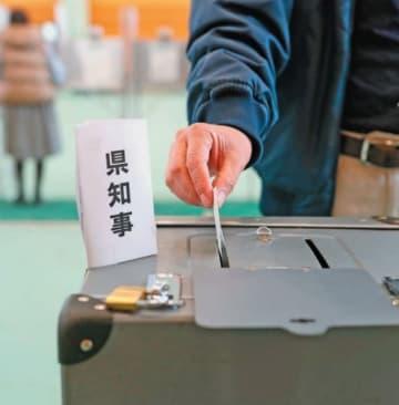 知事選の投票箱に一票を投じる有権者。県民は5期目に入る広瀬勝貞さんに何を期待する?=7日、大分市荷揚町
