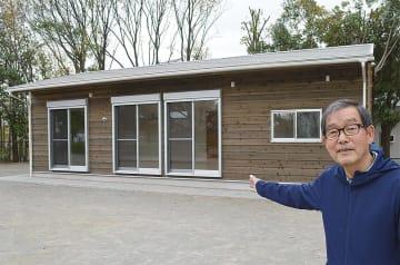 太陽ローズハウスと施設を紹介する増田さん