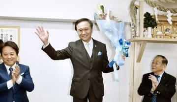 3期目の当選が確実となり、支持者の声援に応える黒岩氏=7日午後8時すぎ、横浜市中区の事務所