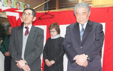 落選の報告を受けて肩を落とす神山さん(右)=7日午後10時10分ごろ、青森県外ケ浜町の事務所