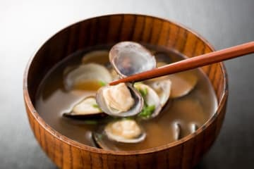 味噌の塩分が高いからと、高血圧になることを気にして敬遠する人もいるようですが、お味噌汁の習慣と血圧には関係があるのでしょうか。