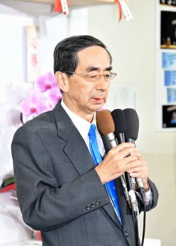 福井県知事選で敗れ、支持者におわびする西川一誠氏=4月7日午後8時半ごろ、福井県福井市