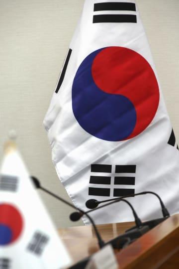 韓国外務省で掲げられた、折り目がついた状態の国旗「太極旗」=4日、ソウル(聯合=共同)