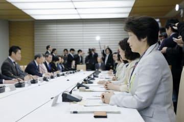 男女共同参画会議に参加した山形県の吉村美栄子知事(右手前)=8日午後、首相官邸