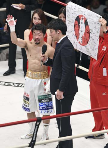 サハパープ・ブンオップを2回TKOで破り、インタビューで笑顔を見せる八重樫東(左)=後楽園ホール