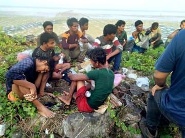 8日、マレーシア・ペルリス州の海岸に漂着したロヒンギャら(地元警察提供・共同)