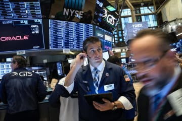 8日のニューヨーク証券取引所(ロイター=共同)