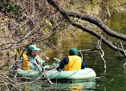釣り糸に絡まった野鳥を助けるためボートに乗る水道局職員=烏原貯水池(大辻雄二郎さん提供)