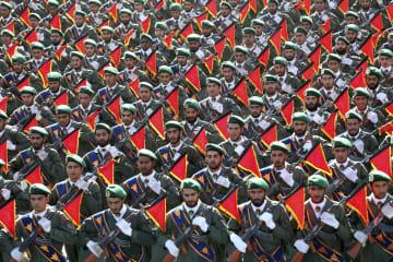 軍事パレードで行進する革命防衛隊=2016年9月、イラン首都テヘラン郊外(AP=共同)