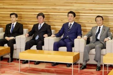 閣議に臨む安倍首相(右から2人目)ら=9日午前、首相官邸
