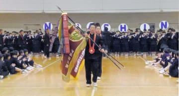 準優勝旗を先頭に堂々と入場する野球部員=8日、習志野高校