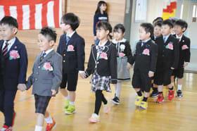 笑顔で入場する大沢小最後の入学児童