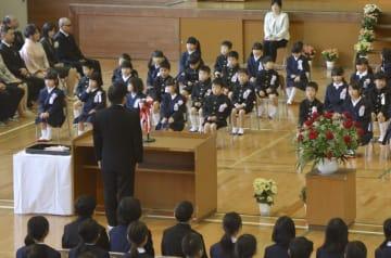 岡山県倉敷市で開かれた市立箭田小の入学式=9日午前