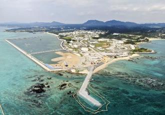 埋め立てが進む沖縄県名護市辺野古の沿岸部。左奥が新たに土砂投入を始める区域=3月24日