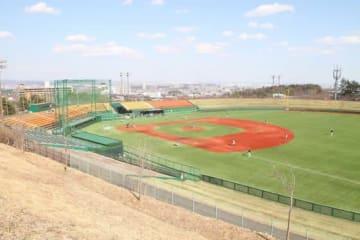 全面人工芝にリニューアルされた東北福祉大の野球場【写真:高橋昌江】