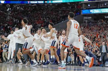 バスケットボール男子の全米大学選手権で初優勝を果たし、喜ぶバージニア大の選手たち=ミネアポリス(AP=共同)