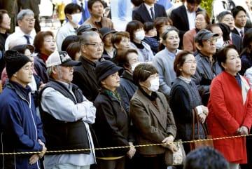 衆院大阪12区補選が告示され、候補者の演説を聞く有権者ら=9日午前、大阪府大東市