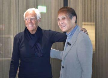 世界的建築家の安藤忠雄さん(右)とデザイナーのジョルジオ・アルマーニさん=8日、イタリア北部ミラノ(共同)