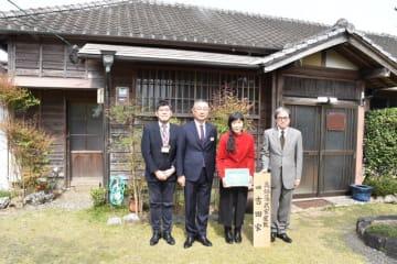伝達式に参加した(右から)川上教育長と津上さん、黒木町長ら