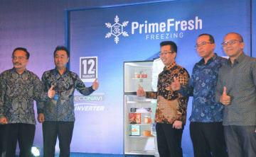 プライムフレッシュ機能搭載の冷蔵庫を発表するPGIの西府社長(左から2人目)ら関係者=9日、ジャカルタ(NNA撮影)