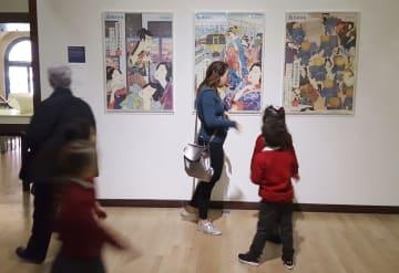 英国ロンドンのビクトリア&アルバート博物館に展示された浮世絵ポスター=3月(西武鉄道提供)
