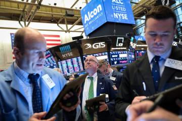 ニューヨーク証券取引所のトレーダーたち=9日(ロイター=共同)