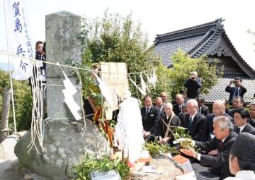 頌徳碑に玉串を捧げる比田勝尚喜対馬市長=鳥栖市の安生寺