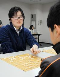 子どもたちに将棋の指し方を教える松尾千優さん=加古川市加古川町溝之口