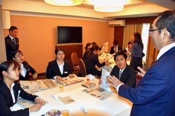 新聞の読み方について説明を聞く受講生ら=5日、ANAクラウンプラザホテル沖縄ハーバービュー