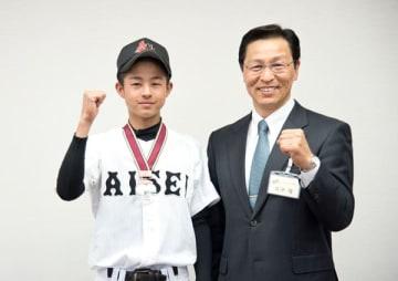 【日本リトルシニア全国選抜野球大会で所属チームが3位に入賞し、日沖市長(右)に報告した杉本選手=いなべ市役所で】