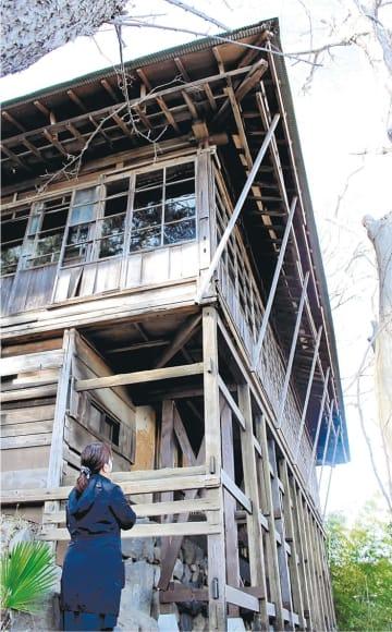 補強された書院の東側を支える懸造部分