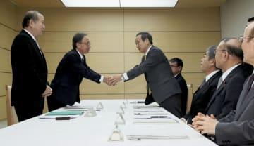 普天間飛行場負担軽減推進会議で、握手する沖縄県の玉城デニー知事(左から2人目)と菅官房長官=10日午前、首相官邸
