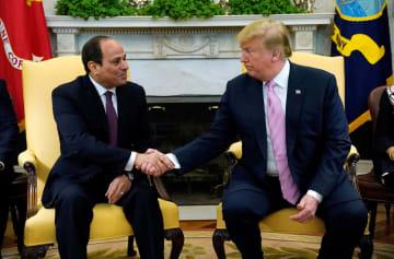 ホワイトハウスで会談するトランプ米大統領とエジプトのシシ大統領=9日、ワシントン(ロイター=共同)