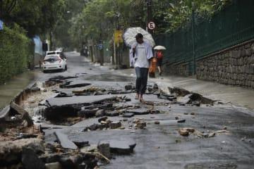 豪雨で被害を受けたリオデジャネイロの道路=9日(AP=共同)
