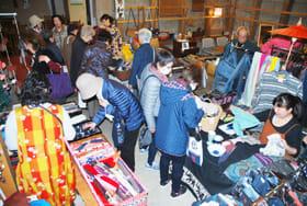 多種多様な雑貨が並び、女性客らでにぎわった「春のわくわく市」